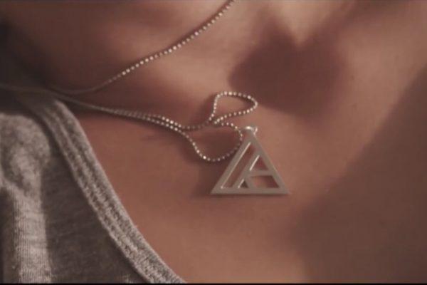 Quale collana indossa Klingande sul video di Jubel
