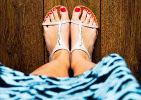 Sandali d'estate tacco alto o bassi?