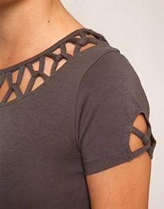 maglietta decoro scollo e manica